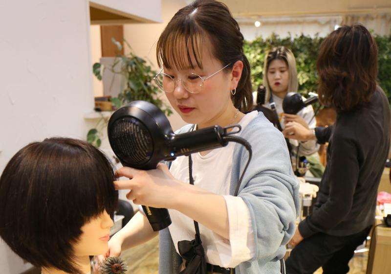 【女性が活躍する職場】oggiプロデュースで新規オープンする美容室share.が求人大募集!社会保険も完備なので安心して働けます。